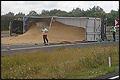 Vrachtwagen met graan gekanteld op A50 [+foto&video]