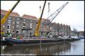 Koninklijke Saan hijst historische havenkraan in centrum van Amsterdam [+foto's]