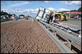 Ongeval verandert snelweg in aardappelveld [+foto's]