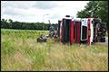 Vrachtwagen met oud ijzer op zijn kant, chauffeur gewond [+foto]