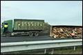 A2 dicht door gekantelde vrachtwagenaanhanger met hout [+foto]