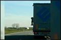 Illegaal probeert uit rijdende Nederlandse vrachtwagen te klimmen [+video]