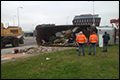 Vrachtwagen gekanteld op rotonde in Kampen [+foto's]