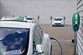 Slimme technologie laadt elektrische taxi's voor Schiphol dertig procent sneller op