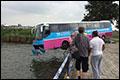 Bus van de weg en bungelt boven het IJ [+foto's]