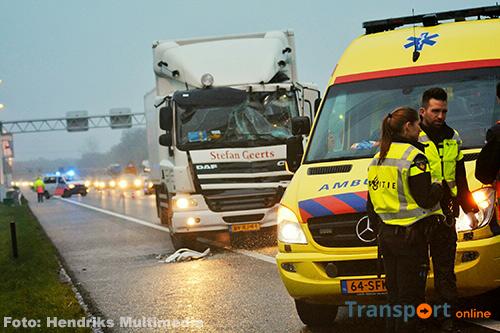 Aanrijding met twee vrachtwagens op A67 [+foto]