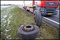 Vrachtwagen met koeien verliest wielen op A50 [+foto's]