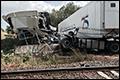 Vrachtwagenchauffeur negeert naderende trein: zes gewonden [+foto's]