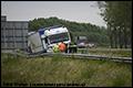 Vrachtwagen ramt vangrail op A17 bij Moerdijk [+foto]