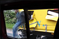 Vluchtelingen snijden zich uit vrachtwagen bij stoplicht [+video]