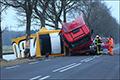Jumbo-vrachtwagen rijdt tegen boom en kantelt [+foto's]