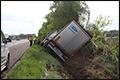 Vrachtwagen van de weg en in de greppel langs A67 [+foto's]