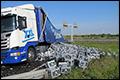 Vrachtwagen lost twaalfduizend liter bier in de berm [+foto's]