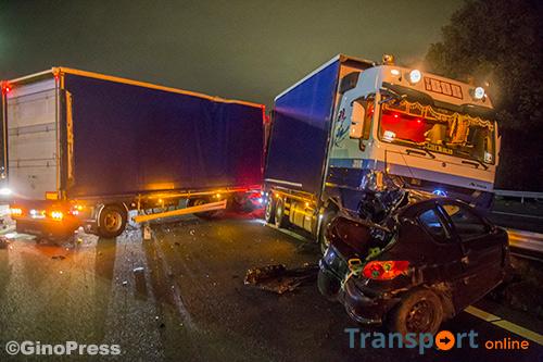 Onverlichte auto zorgt voor geschaarde vrachtwagen op A28 [+foto]