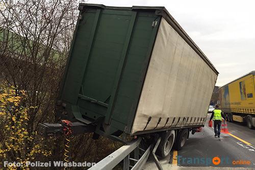 Vrachtwagen aanhanger bovenop vangrail na ongeval [+foto]