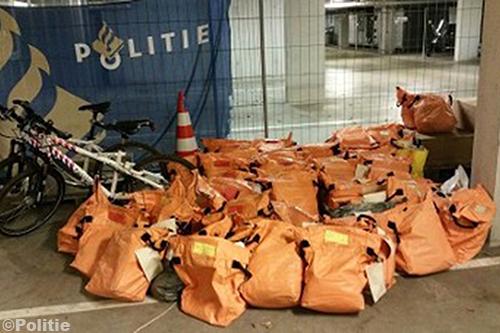 Politie treft ruim 13000 onbezorgde poststukken aan bij postbode in Eelde