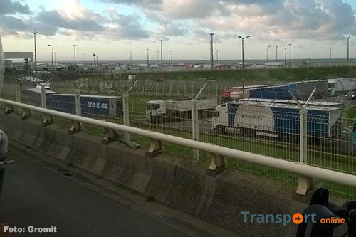 Rellen in Calais: migranten gooien stenen naar vrachtwagens, zes gewonden [+foto's&video]