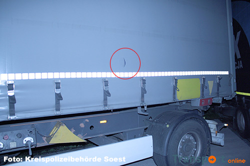 Zeilen van twee vrachtwagens kapot gesneden in Duitse Soest [+foto]
