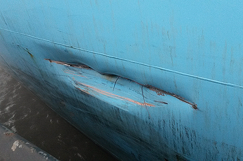 Containerschip vaart tegen de kade in Bremerhaven [+foto]