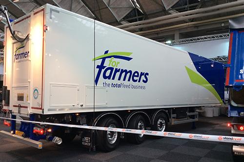 BedrijfsautoRAI: In één transport diervoeders zowel los storten als in een silo blazen