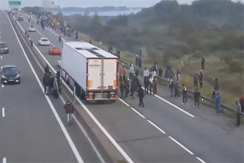 Video: bestorming vluchtelingen in Calais