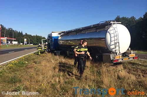 Vrachtwagen belandt na klapband in de middenberm van A67 [+foto's]