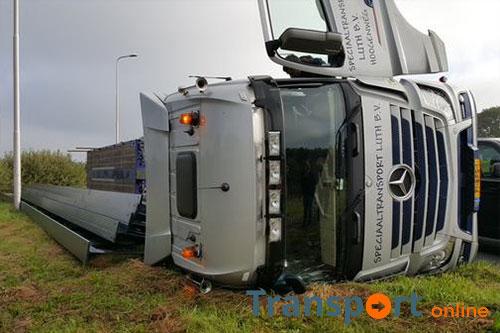 Vrachtwagenchauffeur gewond na kantelen vrachtwagen op N48 [+foto's]