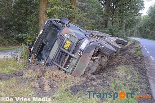 Vrachtwagen van Defensie belandt op zijn kant langs N857