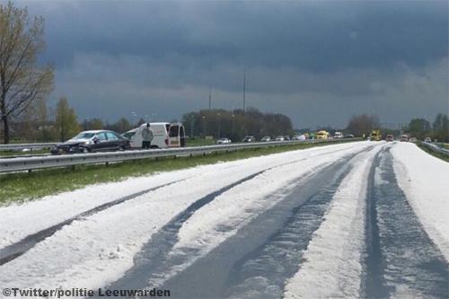 Snelweg A32 veranderd na hagelbui in een ijsbaan [+foto's]