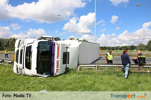 Vrachtwagen gekanteld op A15, berging gaat uren duren [+foto's]