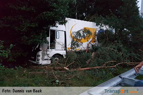 Vrachtwagen raakt van de weg op A12 [+foto's]