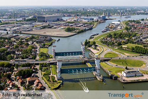 Stremming hoge scheepvaart bij Hollandsche IJsselkering