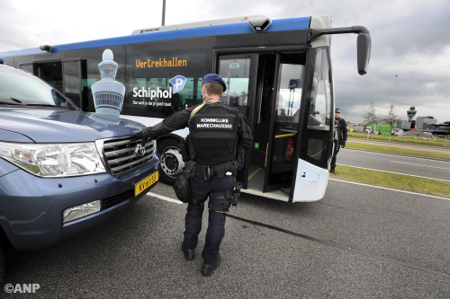 NS-bus in de file door controles Schiphol