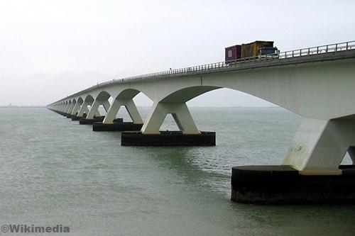 Zeelandbrug (N256) dicht na ongeval
