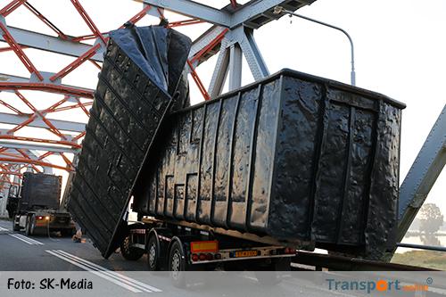 Vrachtwagen met afzetcontainers rijdt zich vast op Thompsonbrug [+foto]