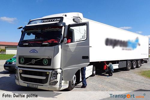 Duitse politie voorkomt smokkel van migranten onder vrachtwagen [+foto]