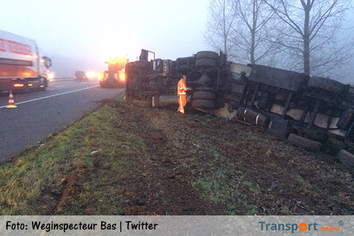 Vrachtwagen op A17 gekanteld [+foto's]