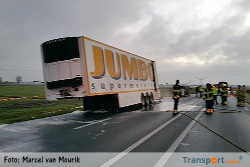 N322 hele ochtend dicht door brand in Jumbo trailer [+foto's]