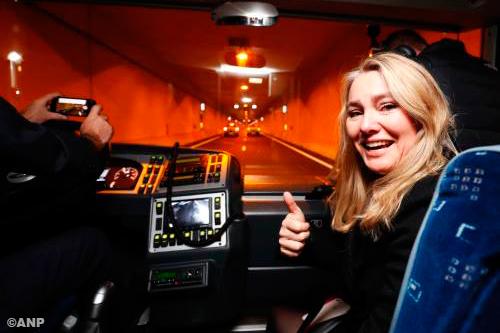 Schultz maakt eerste rit door tunnel A2 naast filmende buschauffeur [+foto]