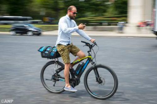 Minister gaat appen op de fiets verbieden