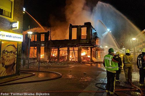 Centrum Delfzijl dicht door grote brand [+video]