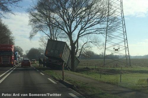 Vrachtwagen van de weg langs N280 [+foto's]