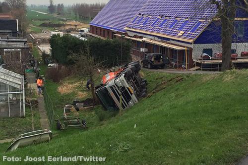 Betonwagen kantelt van Opperdijk in Lekkerkerk [+foto]
