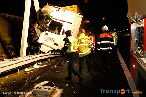Vrachtwagenchauffeur gewond na botsing tegen portaal op A2 [+foto]