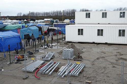 Eerste containerhuisjes vluchtelingen in gebruik genomen in Calais [+foto]