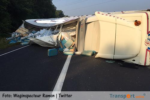 Gekantelde vrachtwagen blokkeert A50 [+foto's]