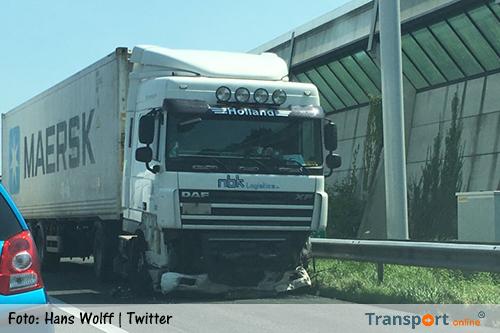 Vrachtwagen schiet door middenvangrail op A15[+foto's]