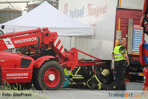 Persoon bekneld onder vrachtwagen in Farmsum [+foto]