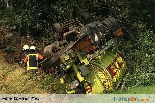 Vrachtwagen na klapband op zijn kop in de sloot langs A28 [+foto]