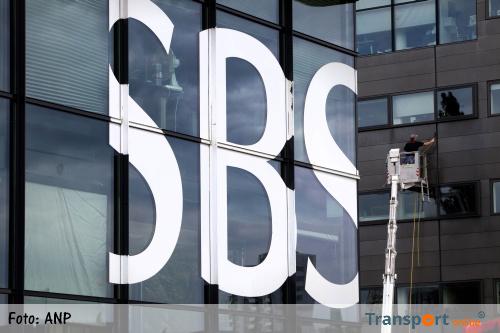 Cameraploeg SBS6 met vuurwerkbom bekogeld